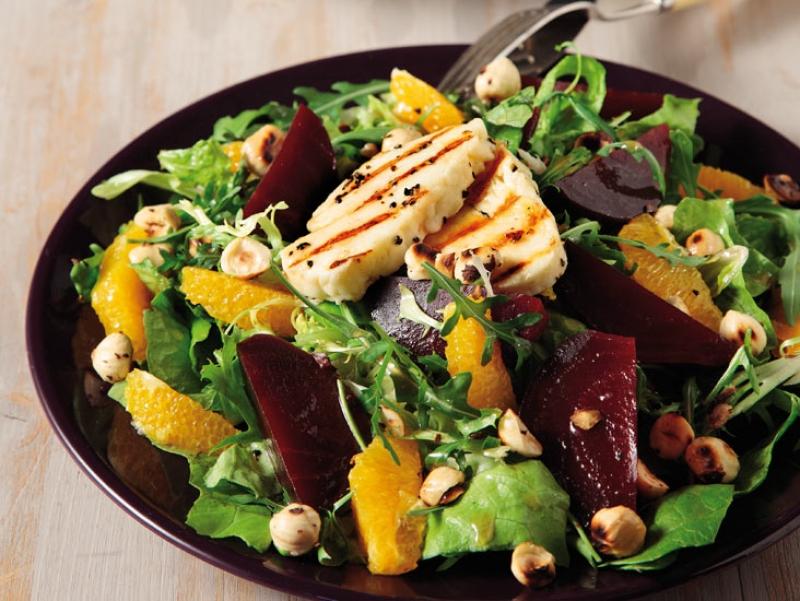 Πράσινη σαλάτα με χαλούμι, παντζάρια καιπορτοκάλι