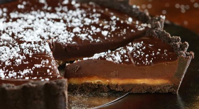 dark-chocolate-salted-caramel-oreo-pie-recipe-15-638x350