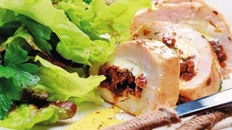 Φιλέτο κοτόπουλου γεμιστό με φέτα και λιαστήντομάτα