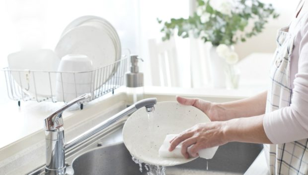 Πιάτα: Μάθετε πώς να τα Πλένετε με ΛιγότεροΝερό