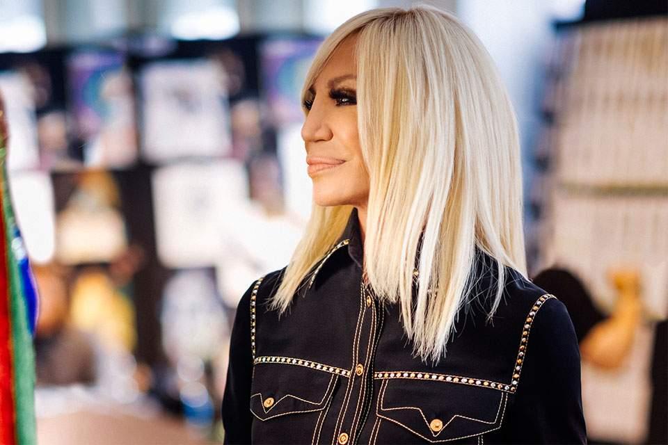 Η Donatella Versace ανακοίνωσε το τέλος τηςγούνας