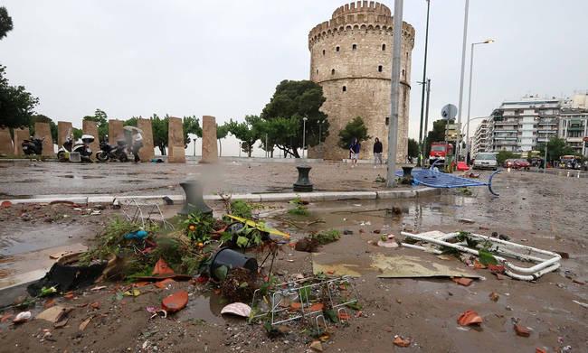 Εικόνες καταστροφής στη Θεσσαλονίκη: Χωρίς νερό και ρεύμα μέχρι τηνΠαρασκευή
