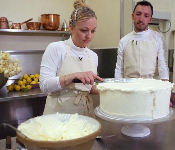 Δεν θα πιστεύεις τι περιέχει η τούρτα του πριγκιπικούγάμου