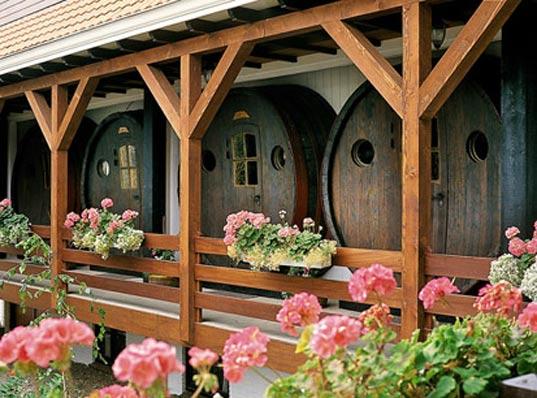 Έξω από τα συνηθισμένα: Δημιούργησαν ένα ξενοδοχείο από παλιά βαρέλια κρασιού!(photos)