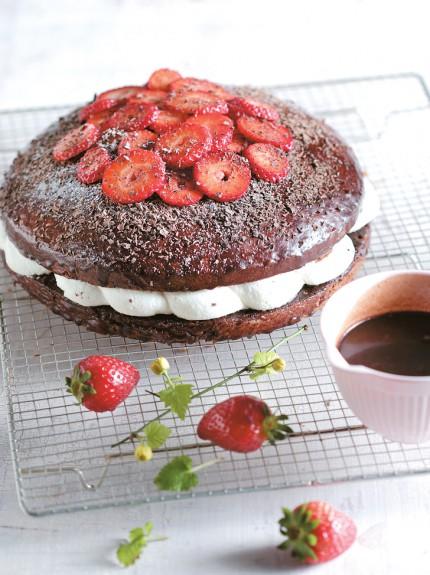 Βραστό κέικ με κρέμα καιφράουλες