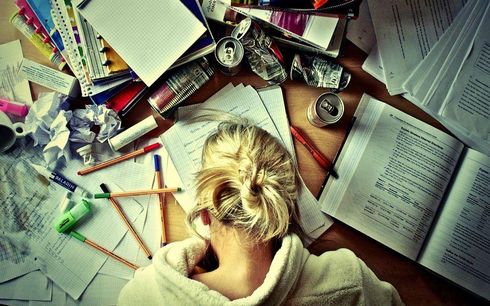 Νιώθεις κουρασμένος και νυσταγμένος μα πρέπει οπωσδήποτε να μείνεις ξύπνιος; Διάβασε 10 έξυπνα tips για να τοκαταφέρεις