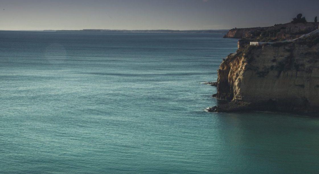 Η θάλασσα ξέρει να μετατρέπει τον πόνο σου σε ηρεμία καιγαλήνη