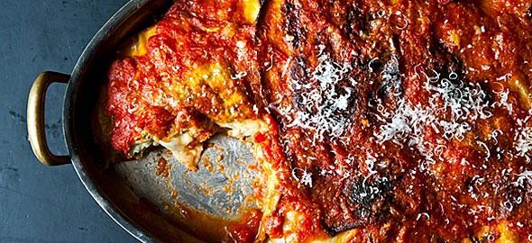 Μελιτζάνες με σάλτσα ντομάτας καιπαρμεζάνα