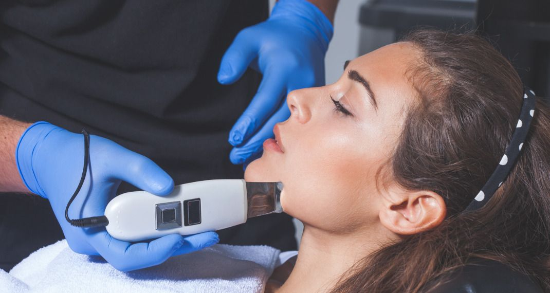 Skin Spatula: Το εργαλείο που υπόσχεται δέρμα χωρίς μαύρα στίγματα και γίνεται viral -Tι λένε οιειδικοί