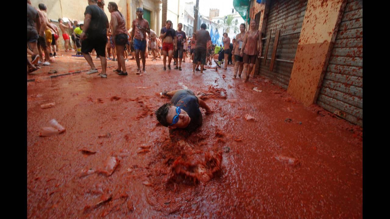 La Tomatina: Ο περίφημος «πόλεμος» της ντομάτας στηνΙσπανία