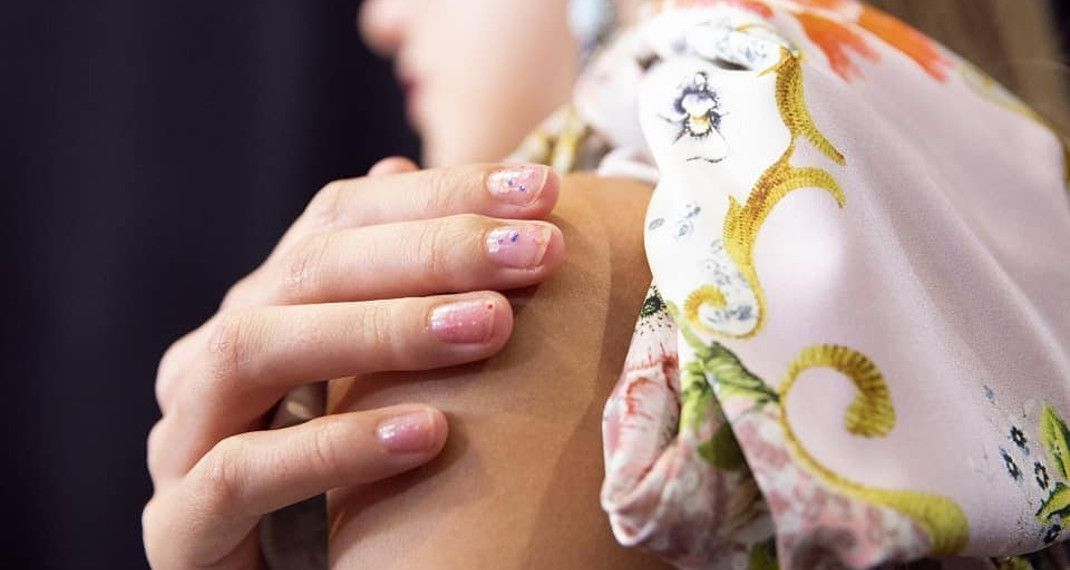 Μανικιούρ για τεμπέλες -Τα chipped nails είναι η τάση που ξεπήδησε από τις ΕβδομάδεςΜόδας
