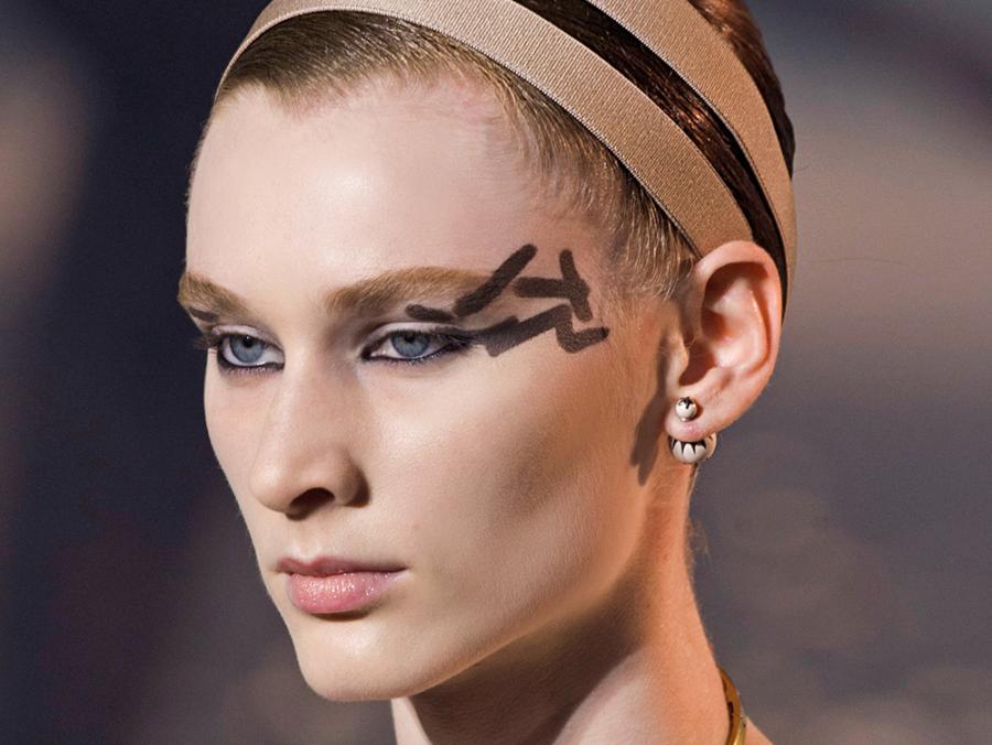 """Είναι αυτός ο νέος τρόπος να βάζουμε eyeliner; Ο Dior λέει""""Nαι"""""""