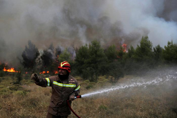 Σε ύφεση η δασική πυρκαγιά στηΣάμο