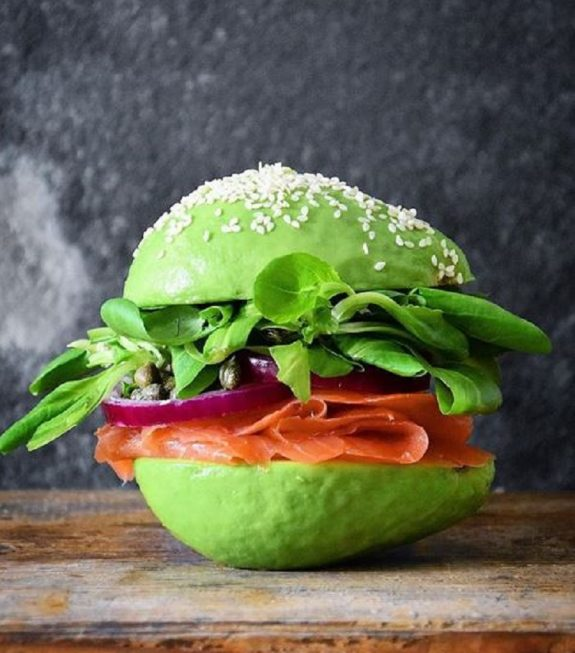 Τα burger με «ψωμάκια» αβοκάντο θα σεενθουσιάσουν