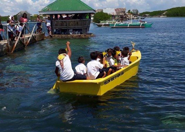 Ένα δώρο για τα παιδιά που πηγαίνουν σχολείο κολυμπώντας στιςΦιλιππίνες