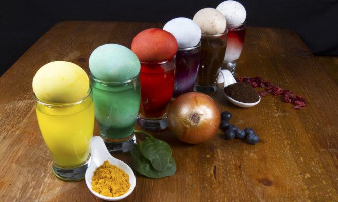 Πάσχα: Βάψιμο αυγών με φυσικά χρώματα από τροφές – Τέλος οι βαφές και ταχημικά