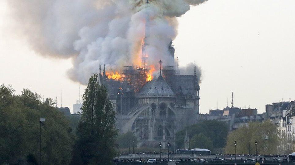 Συναγερμός στο Παρίσι: Πυρκαγιά στην Παναγία τωνΠαρισίων