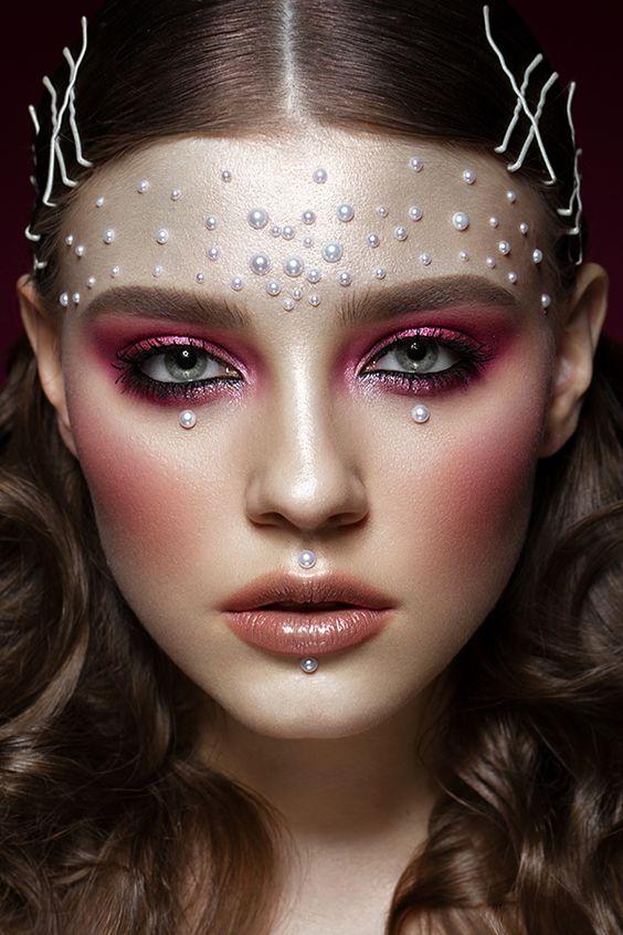 Pearl makeup: Το νέο trend στο μακιγιάζ θέλει μαργαριτάρια στοπρόσωπο