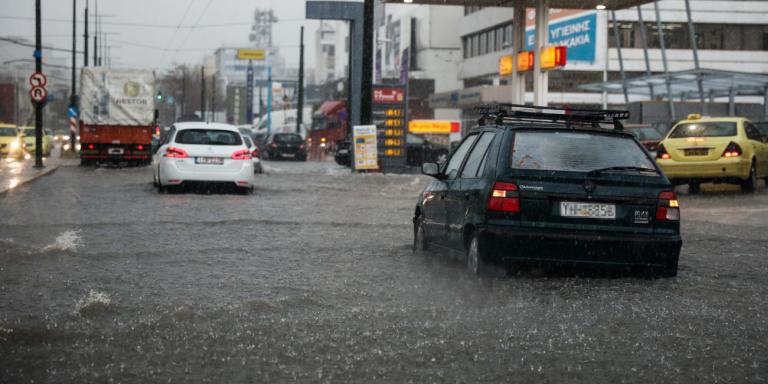 Εκλεισε η Πειραιώς, «βούλιαξε» ο Πειραιάς -Κυκλοφοριακό χάος λόγωβροχής