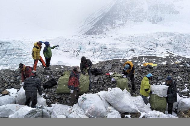 Εβερεστ: Τόνοι σκουπιδιών και ανθρώπινες σοροί στο υψηλότερο βουνό τουκόσμου
