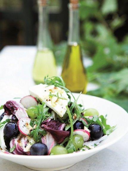 Πολύχρωμη σαλάτα με σταφύλια, ανθότυρο καιαμύγδαλα