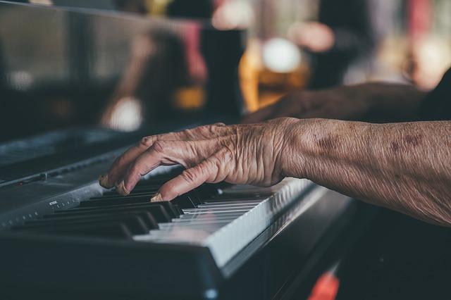 Τα οφέλη της μουσικής στον εγκέφαλο τωνηλικιωμένων