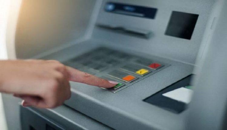 Τραπεζικές συναλλαγές: Οι χρεώσεις που καταργούν η Τράπεζα Πειραιώς και ηEurobank