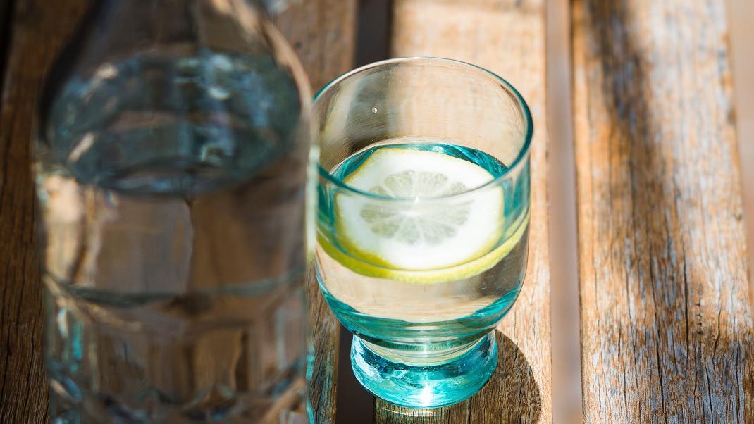 Με αυτά τα εύκολα tips θα πίνετε περισσότερο νερό μέσα στημέρα