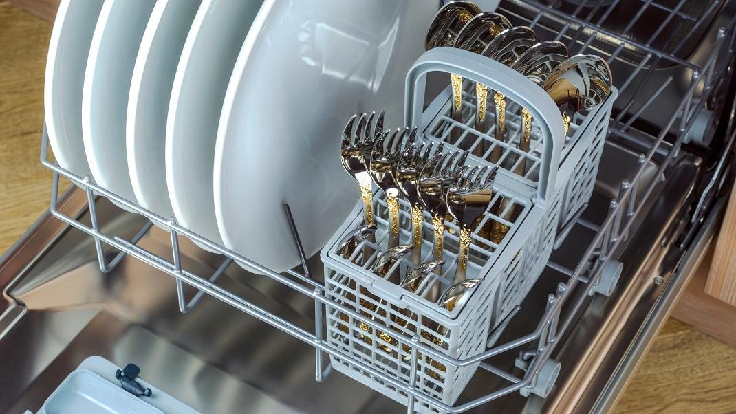 Προς τα πάνω ή προς τα κάτω; Πού πρέπει να κοιτάζουν τα μαχαιροπίρουνα στο πλυντήριο πιάτων -Ειδικόςαπαντά