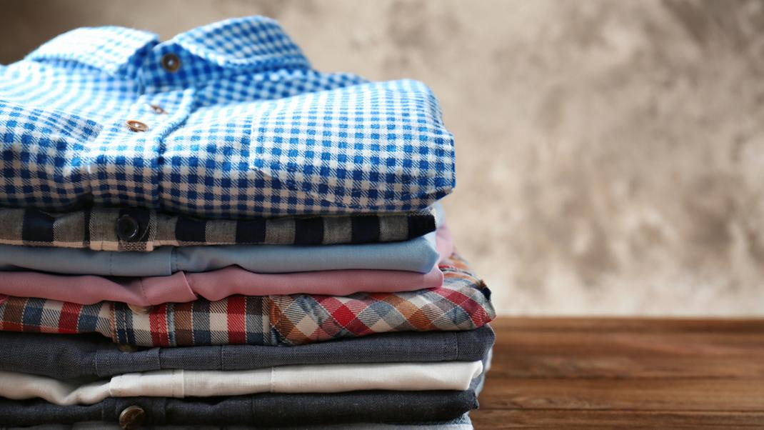 Το απίθανο τρικ ενός άνδρα για να διπλώνει τις μπλούζες έγινε αμέσως viral -Θα σου λύσει ταχέρια