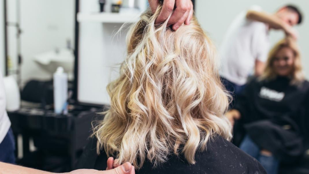 Όταν η ζωντάνια των μαλλιών κρύβεται κάτω από ένα βαρύ στρώμαλιπαρότητας