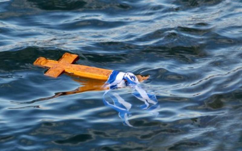 Θεοφάνεια 2020 – Φθιώτιδα: Δεν βούτηξε κανένας στα νερά και έπεσε ο ιερέας για τοσταυρό
