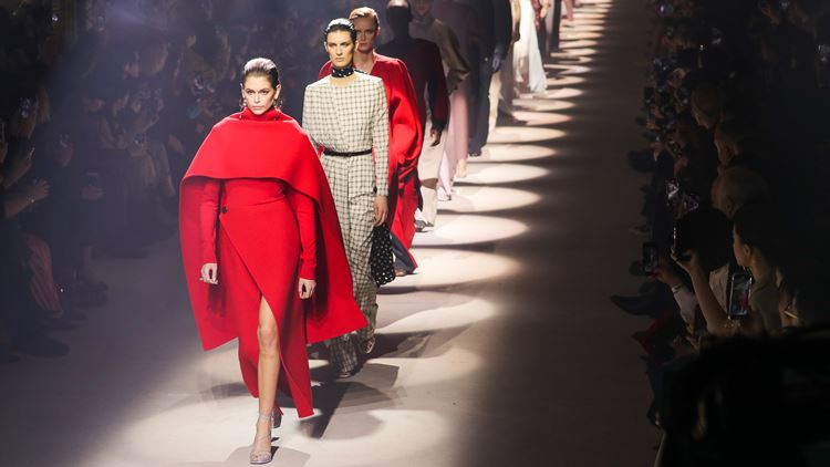 Ο οίκος Givenchy ράβει ιατρικέςποδιές