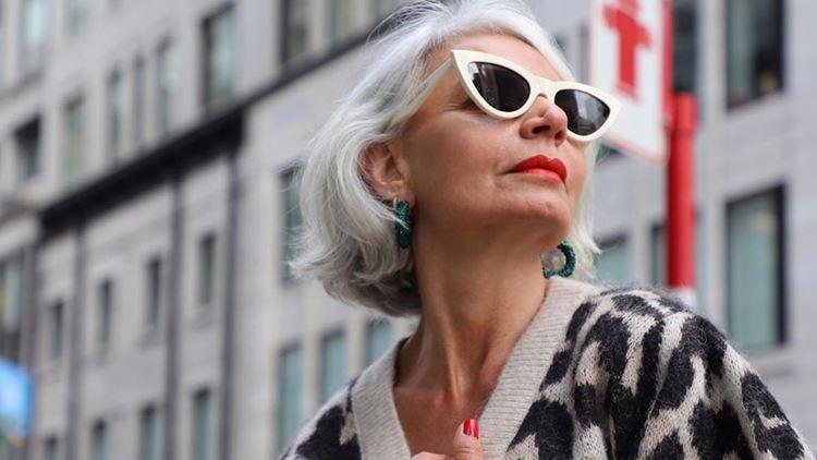 7+1 γυναίκες που αποδεικνύουν ότι τα φυσικά γκρίζα μαλλιά είναι αθεράπευτακομψά