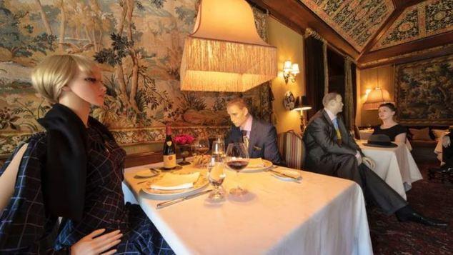 Εστιατόριο με αστέρι Michelin βάζει κούκλες στα άδεια τραπέζια για να κάνουν συντροφιά στουςπελάτες