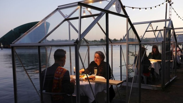Εστιατόριο στην Ολλανδία τοποθετεί γυάλινους θαλάμους για να απομονώσει τους πελάτες λόγωκορονoϊού