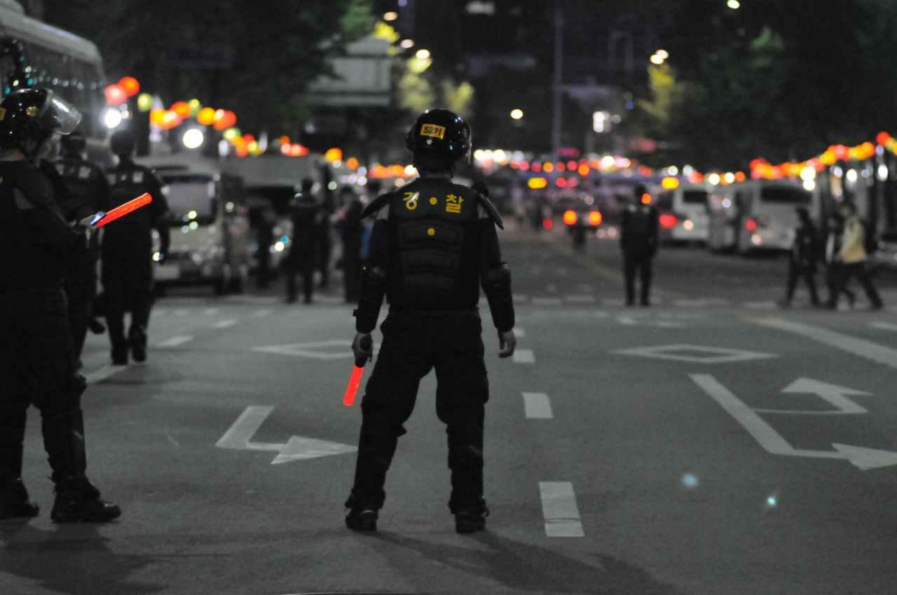 Επεισόδια στην Κυψέλη: Ομάδα νεαρών έσπασε βιτρίνες στην πλατεία ΑγίουΓεωργίου