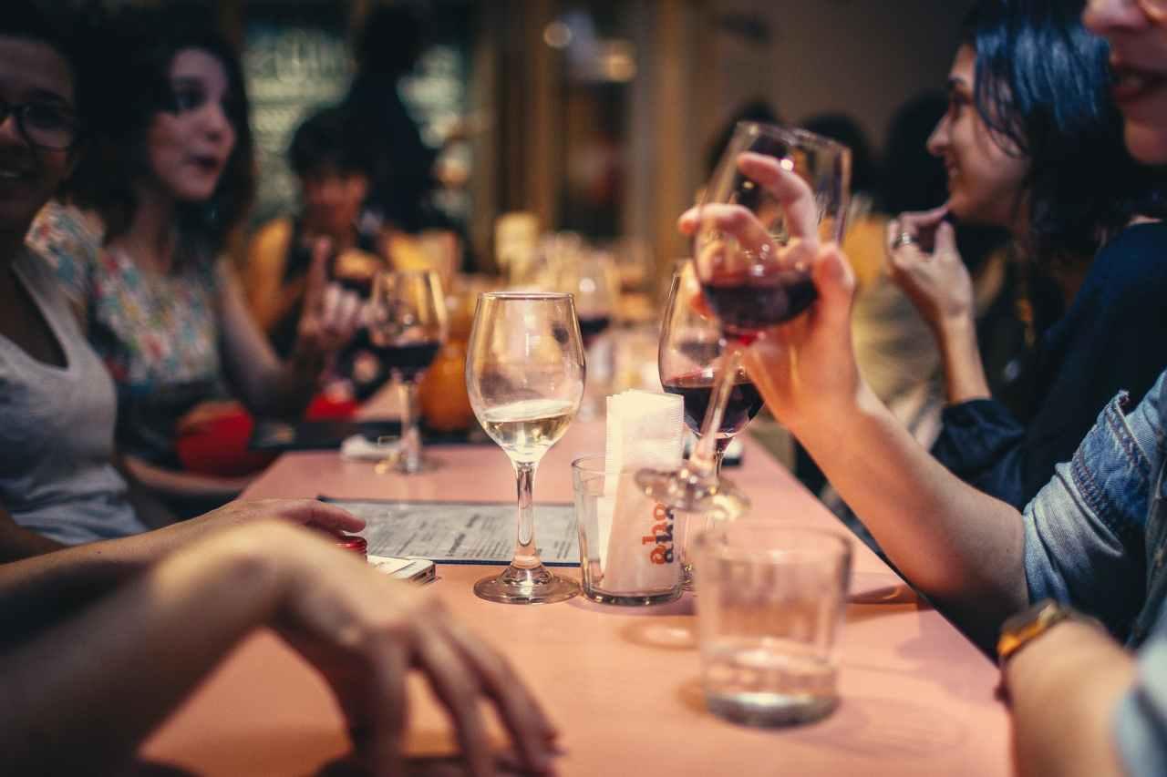 Εστιατόρια: Έως 6 άτομα στο τραπέζι, εκτός αν πρόκειται για οικογένεια – Τι ισχύει με τα κέντραδεξιώσεων