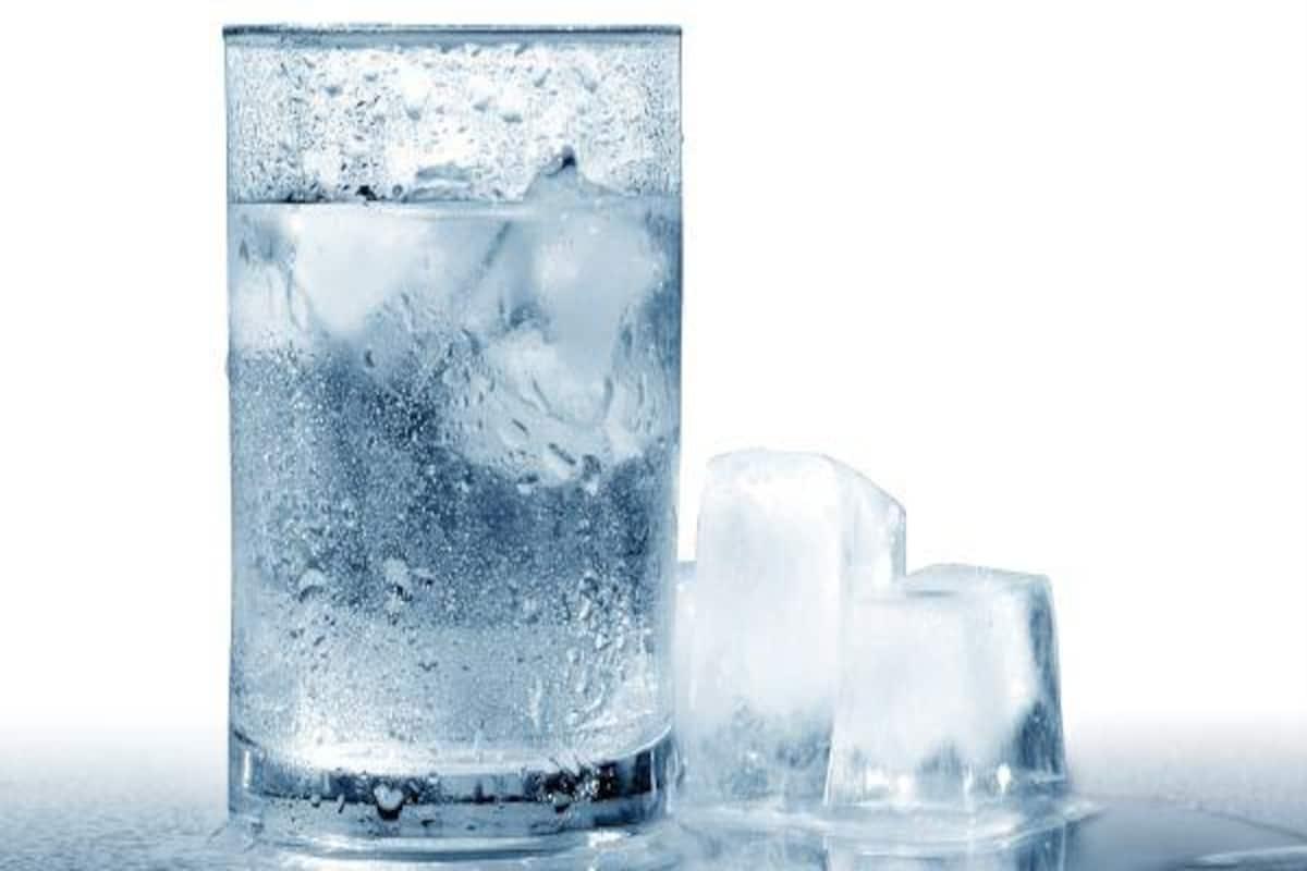 Γιατί πρέπει να αποφεύγετε να πίνετε νερό με πάγο απ'έξω