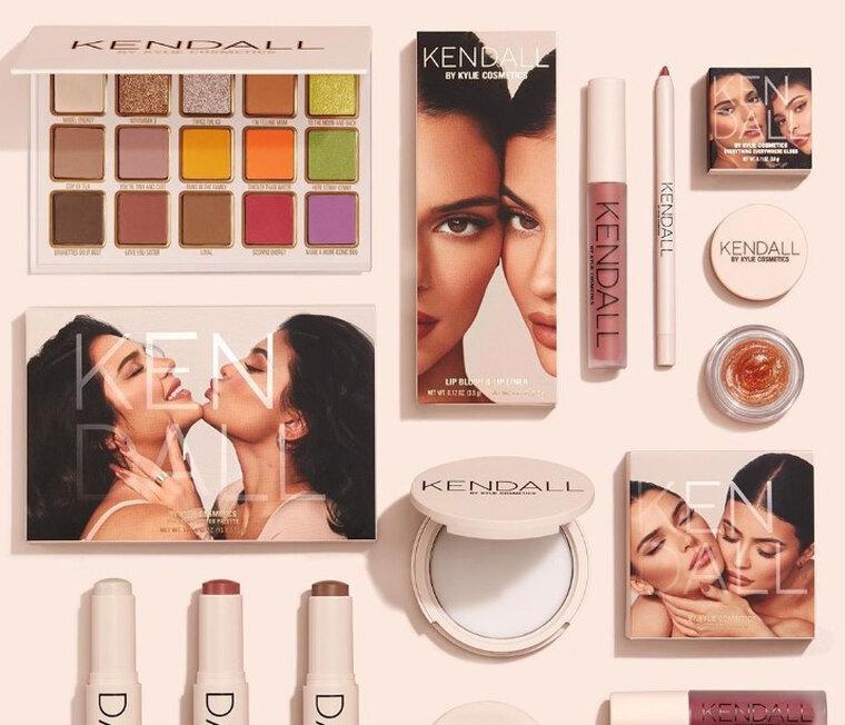 Είναι επίσημο! Οι πρώτες εικόνες από τη συλλογή καλλυντικών των Kylie και KendallJenner