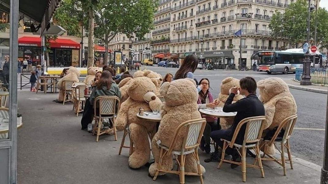 Σε αυτό το παριζιάνικο cafe βρήκαν τον πιο χαριτωμένο τρόπο για να τηρούν το social distancing -Η απίθανη φωτογραφία που έγινεviral