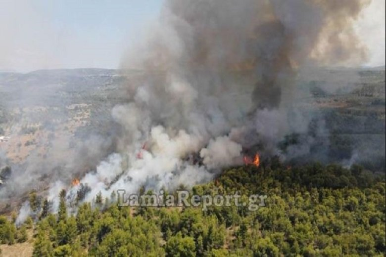 Ανεξέλεγκτη η φωτιά στο Θεολόγο Φθιώτιδας- Διακόπηκε ηκυκλοφορία