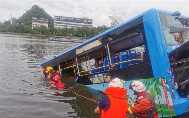 Κίνα: Τουλάχιστον 21 μαθητές έχασαν τη ζωή τους μετά την πτώση λεωφορείου σελίμνη