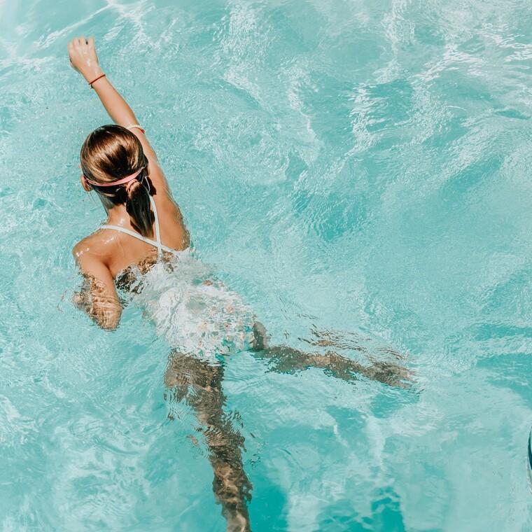 Ωτίτιδα: τι πρέπει να προσέχουν μικροί μεγάλοι ότανκολυμπούν