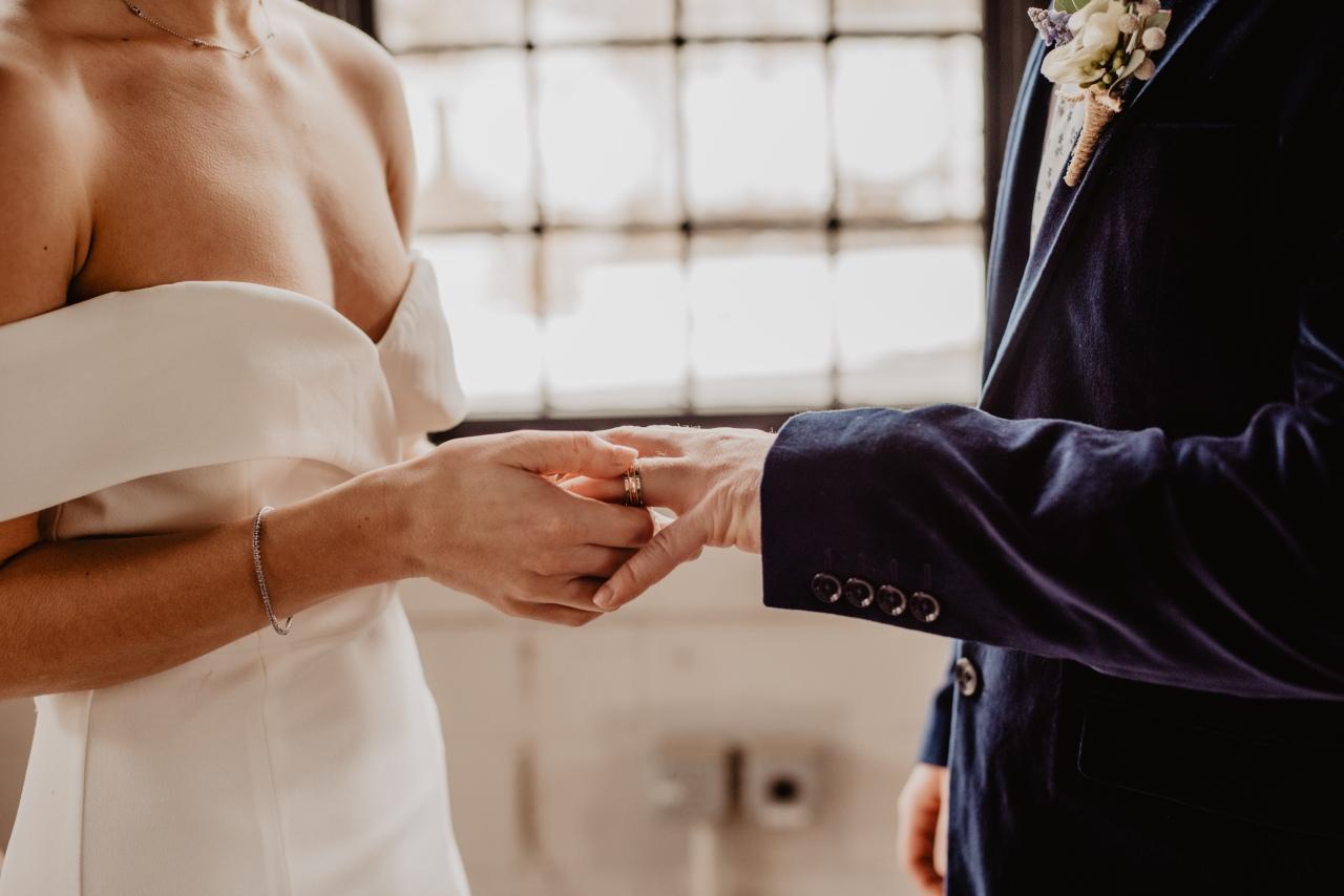 Γνωστός Έλληνας παντρεύεται και η ανακοίνωση έγινε μέσωFacebook!