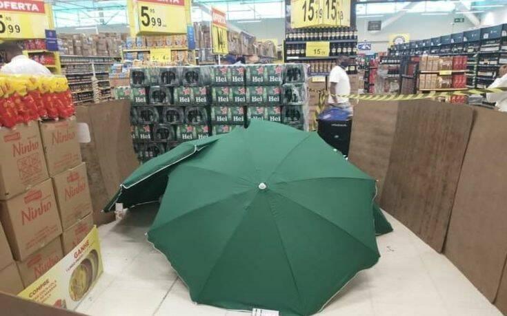 Πέθανε στο σούπερ μάρκετ – Τον σκέπασαν με ομπρέλες και συνέχισαν ναψωνίζουν