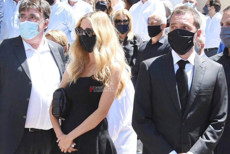 Κηδεία Σάββα Θεοδωρίδη: Συγκινημένη η Δούκισσα Νομικού στο πλευρό του συζύγουτης