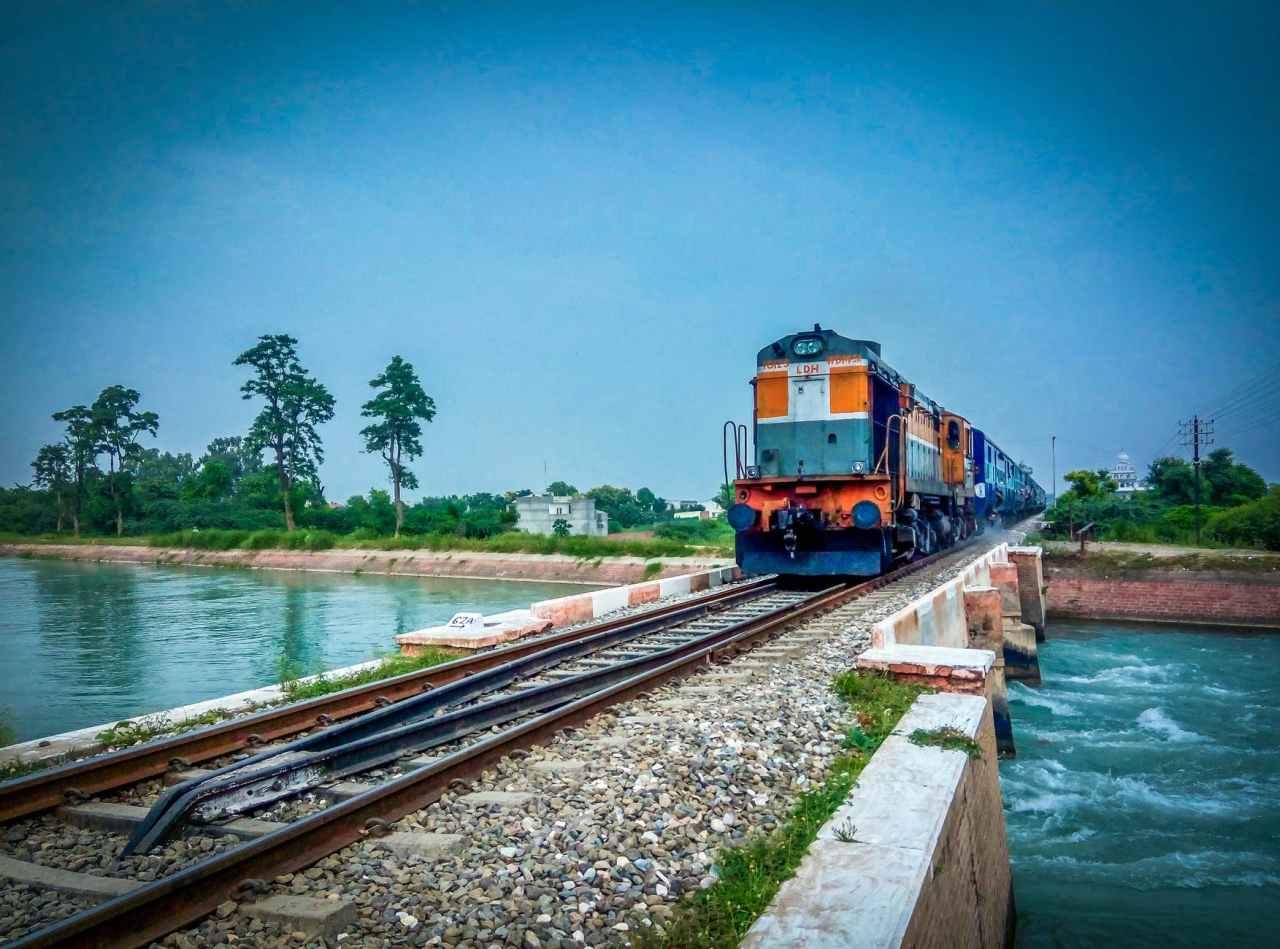 Αχαΐα: Βράχια έπεσαν πάνω στο τρένο και τραυμάτισανεπιβάτες