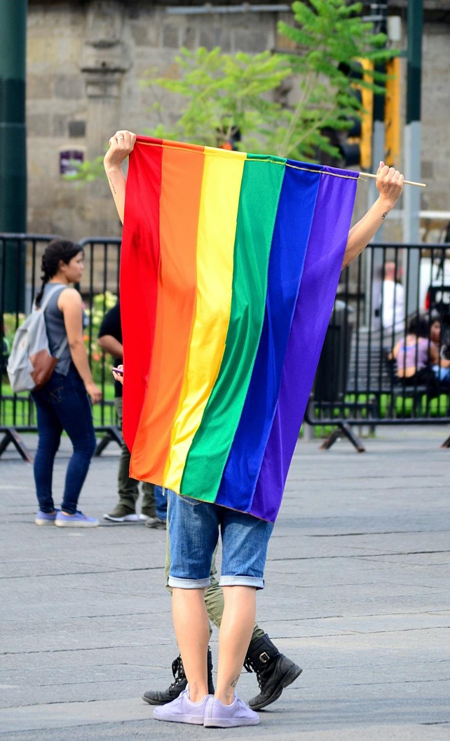 Άνδρας κρατάει τη σημαία lgbt