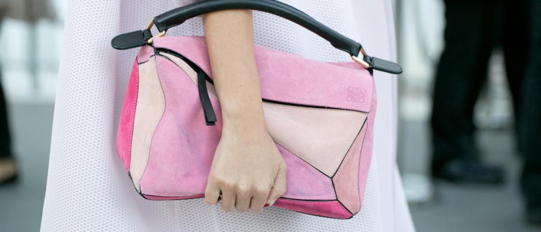 Γυναίκα με ροζ τσάντα στο δρόμο
